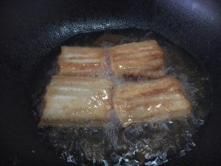 红烧带鱼,锅热后放油,油要稍微多点,当油温六或七成热时,放入带鱼,把带鱼的两面煎成金黄色。