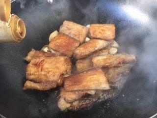 红烧带鱼,然后打开锅盖,放入3勺生抽。