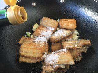 红烧带鱼,沿锅边烹入1勺醋,然后盖上锅盖焖10秒,让醋香与蒸汽循环,起到去腥提鲜的作用。