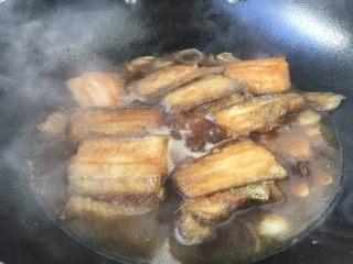 红烧带鱼,放入1勺甜面酱,大火煮开,中火微炖约5、6分钟。