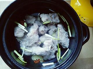 #感恩节食谱#排骨莲藕胡萝卜汤,加入焯水的小排。