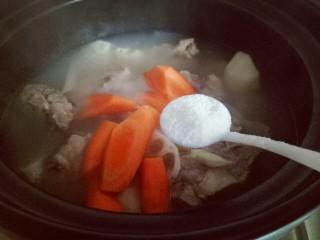 #感恩节食谱#排骨莲藕胡萝卜汤,加入盐,大火烧开,继续小火炖15分钟。
