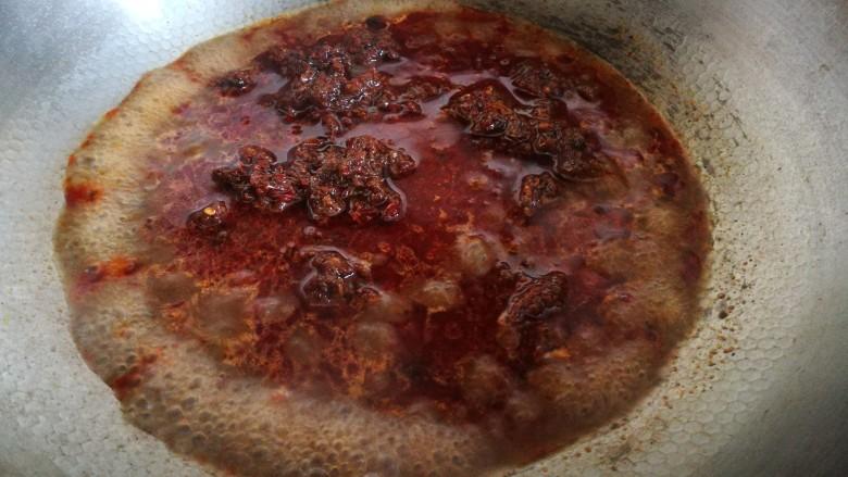 家宴菜谱~鸡鸭鱼肉之水煮鱼片,将水煮调料倒入锅中 加适量清水煮开