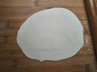 萝卜丝饼,擀薄。