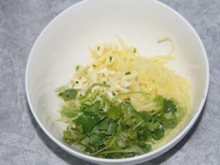 凉拌土豆丝,把土豆丝,香菜,蒜末都放到一个碗里