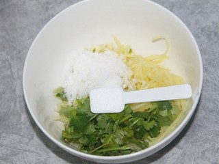 凉拌土豆丝,加一小勺盐