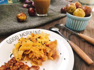 5分钟简易早餐,煎好的鸡蛋饼,切小条,摆盘,撒上黑芝麻装饰