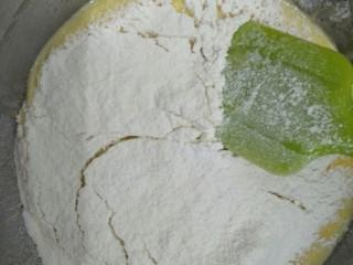 酸奶蛋糕,筛入低粉和玉米淀粉搅拌到无颗粒状态,待用。