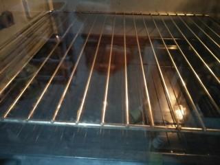酸奶蛋糕,预热好的烤箱在底层烤盘中放入适量的水