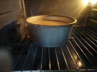 酸奶蛋糕,再放入蛋糕糊145度烤70分钟,烤箱温度根据自家烤箱调节。烤好的蛋糕放在烤箱内焖到自然凉透,隔一夜或放冰箱冷藏后口感更好。