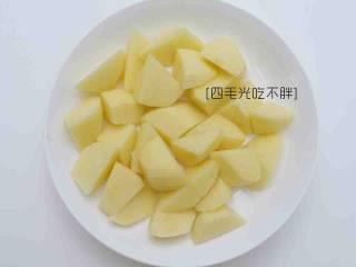 地三鲜,土豆去皮切成和茄子大小一样的滚刀块;