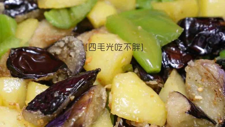 地三鲜, 加炸制好的茄子和土豆块一起翻炒;