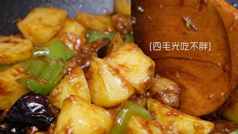 地三鲜,快速翻炒均匀,让每个食材都均匀裹上汤汁即可出锅。