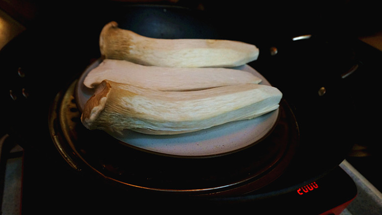 手撕凉拌杏鲍菇,上锅蒸熟,为了节约时间,所有的都一分为二 放入一个深口一点的盘子,具体时间我没看 用筷子能捅穿就可以了