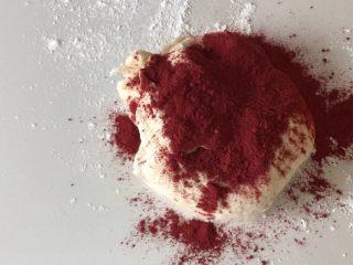 #最爱包子#小螃蟹豆沙包,然后白面团里加入红曲米粉,也可以在第一步和面时就加入,揉匀!