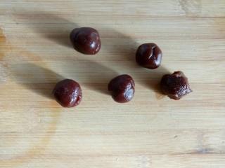感恩节菜谱#山药豆沙糕#,把豆沙揉成圆球形。备用。