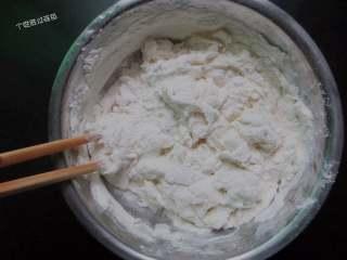 韭菜盒,一点一点的加温水,用筷子搅拌