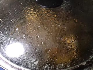糖醋排骨,盖上锅盖,煮开,转小火十分钟
