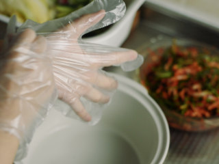 制作自家口味的韩式泡菜,戴上手套。 并不是手会感觉多辣,只是用手揉眼睛,碰其他地方,那就很辣了。