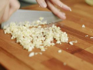 制作自家口味的韩式泡菜,一整个大蒜头剁碎。不喜欢可以不放。