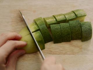 制作自家口味的韩式泡菜,青萝卜切成块状。