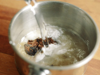 制作自家口味的韩式泡菜,制作米糊。用吃饭的大勺子大小的勺子,一勺糯米粉加一勺红糖,加入350g水。