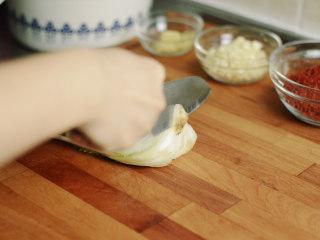 制作自家口味的韩式泡菜,把白菜根部脏的部分切掉。