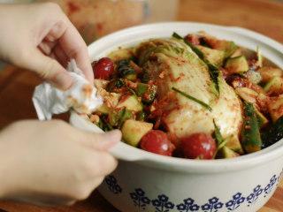 制作自家口味的韩式泡菜,做泡菜的容器可以使用陶罐、密封盒,只要注意密封就能成功~ 放在阴凉干燥处,室温大约15度以下,一周后泡菜的液体里会产生气泡,这时将泡菜放入冰箱延缓发酵。20天后就可以开吃辣!!
