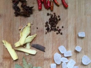 秘制鸡爪,准备食材;姜切片,辣椒切斜段,八角,香叶,桂皮,冰糖,花椒备用。