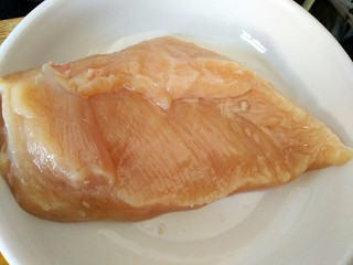 #感恩节食谱#南瓜蜜柚烤鸡肉,准备鸡胸肉一块洗净控水备用