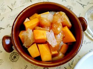 #感恩节食谱#南瓜蜜柚烤鸡肉,南瓜块和蜜柚均和鸡胸肉一起抓匀