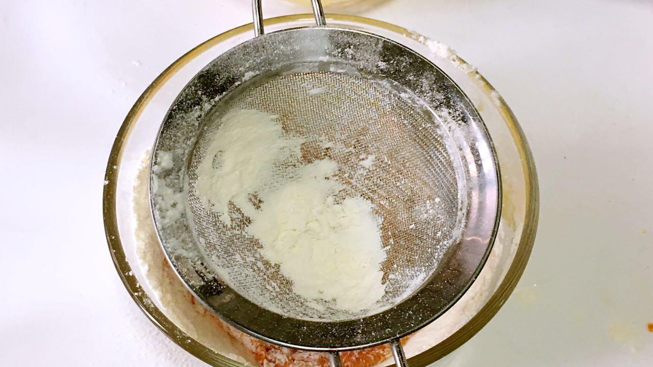 胡萝卜小饼,筛入低筋面粉。</p> <p>
