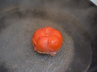 茄汁牛肉意面,放在沸水中烫一下,容易去皮。
