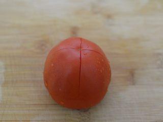 茄汁牛肉意面,番茄划十字刀口。