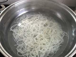 一碗面條+酸菜牛肉粉,鍋中加適量水燒開后放入米粉煮5-7分鐘撈出。