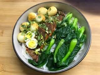 一碗面條+酸菜牛肉粉,把配菜放在米粉上。