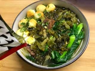 一碗面條+酸菜牛肉粉,把加熱后的酸菜牛肉倒入米粉上。