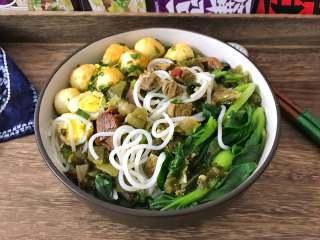 一碗面條+酸菜牛肉粉,一碗熱氣騰騰、色香味俱全的牛肉粉躍然呈現。