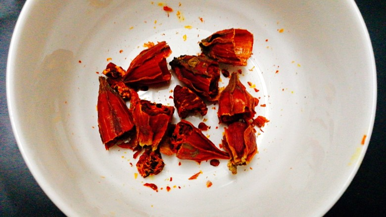 #感恩节食谱#煮盐焗鸡中翅,将栃子剪断,这个煮比较容易出色,这个是天然色素,栃子的量根据鸡翅的量而定,