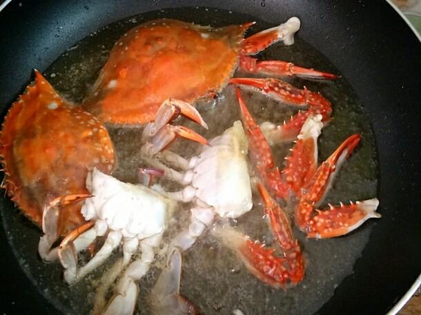 避风塘炒蟹,入油锅炸至八成熟