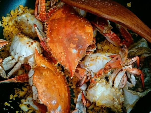 避风塘炒蟹,加入炸好的蟹块翻炒