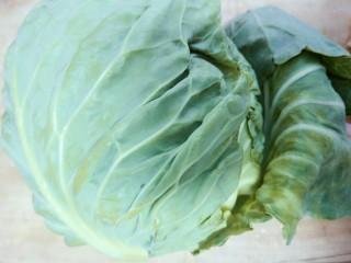 手撕包菜,选择新鲜的包菜,不好的叶子扔掉