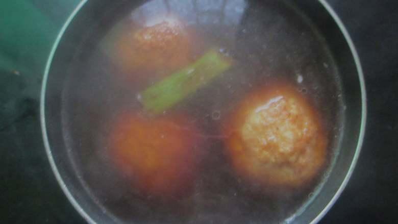 红烧狮子头,向锅中放入所有炸至金黄的狮子头,加入生抽、老抽、糖,大火烧开