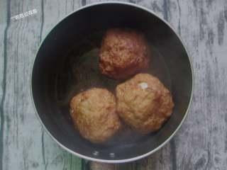 红烧狮子头,转小火,焖煮至40分钟,烧至汤汁快收干,把丸子捞出放入盘里