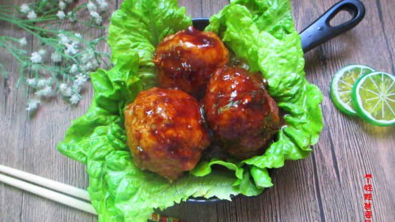 红烧狮子头,光看就引动食欲,醇香味浓的肉块与汁液,是令人无法抵挡的顶级美味。