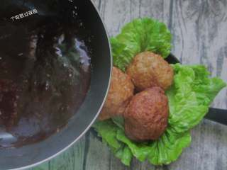 红烧狮子头,锅内剩余汤汁加入水淀粉勾芡浓稠浇在丸子上即可