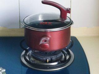 一碗面条+清汤寡水阳春面,锅里放水大火煮开