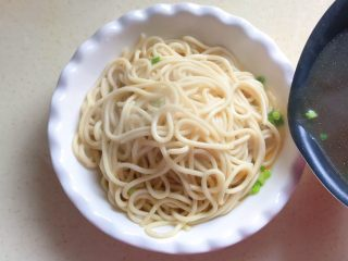 一碗面条+清汤寡水阳春面,汤水沿着碗边缓缓地倒入
