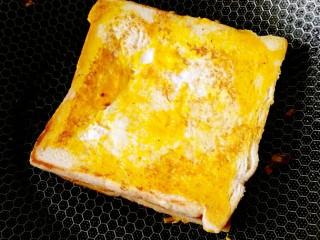 懒人料理+快手早餐,在翻个面把多余的鸡蛋把另一面也涂上鸡蛋液