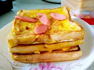 懒人料理+快手早餐,可以一次煎三片土司,取出来趁热把火腿肠放到中间去用余温把它捂热。